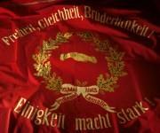 """Banner der SPD aus dem 19. Jahrhundert """"Einigkeit macht stark"""""""